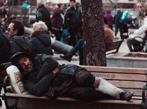Fapte mici pentru ajutorarea oamenilor fără adăpost